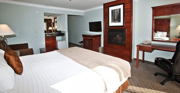 1 king bed Gilroy hotel room with Whirlpool hot tub and fireplace